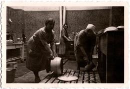 Photo Originale La Grande Vaisselle De Cuisinières Vers 1940 - Frottage De Grosses Gamelles En Cuisine - Professions
