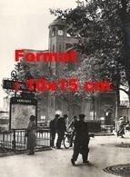 Reproduction D'une Photographie Ancienne D'un Homme Avec Un Solex à L'entrée Du Métropolitain Abbesses à Paris - Reproductions