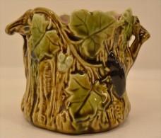 Ancien Pot En Barbotine Style Orchies Ou Sarreguemines, Décor Floral Polychrome Feuilles De Vigne Et Insecte (362169196) - Porselein & Ceramiek