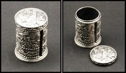 Distributeur De Roulettes. Modèle En Bronze Argenté, à Fin Décor D'oiseaux Et De Fleurs, Diam.40, H.55mm. - TB - Stamp Boxes
