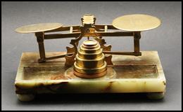 """Pèse-lettres. Archambaud N°93, Balance Anglaise En Laiton Sur Plateau En Marbre Vert (pd Dans Un Angle), Marquée """"Harry  - Stamp Boxes"""