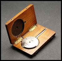 """Pèse-lettres. Modèle En Acier Dans Sa Boite En Bois Verni, Marqué """"AMC 1313/2"""", échelle 0/60g. - TB - Stamp Boxes"""