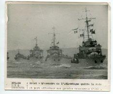 PHOTOGRAPHIE 0275 MARINE De Guerre BREST L'Escadre De L'Atlantique  Quitte La Rade  Grandes Manoeuv-  Dim 18 Cm X 15 Cm - Bateaux