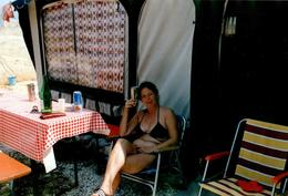 Photo Couleur Originale Camping & Femme à La Bière Entretenant Ses Abdos Kronembourg Vers 1970/80 - Pin-up