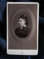 Photo CDV Duburguet à Niort - Portrait Embossé Femme Longue Chevelure Relevée, Circa 1880 L498K - Photos