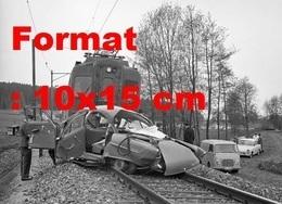 Reproduction D'une Photographie Ancienne D'une Automobile Encastrée Dans Un Train à Bassersdorf En Suisse En 1965 - Repro's
