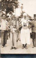 V5Sv  Carte Photo Soldats Spahis Armée Coloniale Deguisement Arabe Bouteilles à La Ceinture - Regimenten