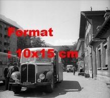 Reproduction D'une Photographie Ancienne D'un Post Bus Saurer Attendant Les Voyageurs à St-Moritzen Suisse En 1953 - Riproduzioni
