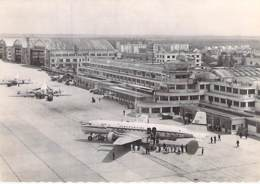 AEROROME AEROPORTS - AEROPORT De PARIS Le BOURGET : Super D.C. 6 De L'U.A.T. à L'Arrivée - Jolie CPSM Dentelée N/B GF - Aérodromes