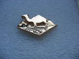 Pin's Embleme Des Cigarettes CAMEL, Chameau, Palmiers Et Sable Fin - Pin's
