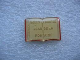 Pin's D'un Livre D'ecole Avec Les Fables Et Contes Jean De La Fontaine à Chateau Thierry (Dépt 02) - Administración