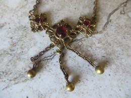 Collier En Métal Alliage Type Pomponne Chaine Avec Draperie Pierre Synthétique Rouge Type Rubis - Colliers/Chaînes