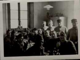 PHOTO AMATEUR 6/4,5 CM AVEC MILITAIRES  1939  ...PENDANT UNE ALERTE..       VOIR DOS - Oorlog, Militair