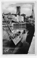 LA ROCHELLE EN 1956 - N° 180 - LE QUAI DUPERRE ET L' EGLISE SAINT SAUVEUR - PLI ANGLE BAS A DROITE - FORMAT CPA VOYAGEE - La Rochelle