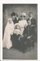 Carte Photo De Famille Communion Avec Militaire à Identifier ( Chapeau à Plumes ) - Militaria