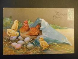 Poule Et Poussins Avec Un Sac Déchiré Plein D'oeufs Colorés Dans La Paille - Gaufrée - Animals