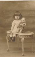 Superbe Photo-carte Fillette Assise Avec Poupée Identifiée Marcelle Caille Girl - Personnes Anonymes