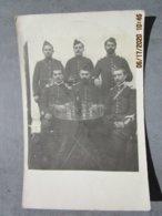 Carte Photo Militaria GROUPE DE MILITAIRES  Autour D'un Verre , Uniforme Avec épaulettes - Uniforms