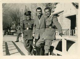 Photo D'un Homme Posant Avec Deux Douanier Espagnol  A Bourg-Madame En 1953 - Personnes Anonymes