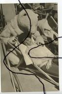 PHOTOGRAPHIE ANIMÉE. OURS BLANC Déguisé Et Une Femme Dans Une Station De Ski. Photo ETIENNE ALPES D'HUEZ ISÈRE - Foto's