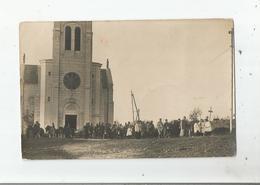 CARTE POSTALE PHOTO ANCIENNE NON SITUEE AVEC SOLDATS AMERICAINS FRANCAIS ET CLERGE DEVANT EGLISE - A Identifier