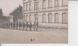 CARTE PHOTO  -  TROUPE MILITAIRES DEFILANT DEVANT HOTEL RESTAURANT HIRSCH  - - Cartes Postales