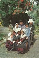 ( ANGERS    )( 49 MAINE ET LOIRE ) ( FOLKLORE )( COSTUMES ) LA FAMILLE ANGEVINE .LES QUENIAUX AVEC LEURS PARENTS - People