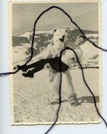 PHOTOGRAPHIE ANIMÉE. OURS BLANC Déguisé Porte Une Femme. Station De Ski De Megève 1958 - Foto's