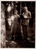 Insolite Photo Originale Un Homme Faisant La Lecture à Sa Femme En Forêt Un 14 Août 1927 - Anonyme Personen