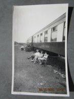 Photo Originale  En 1964  WAGON PULLMAN De Chemin De Fer HOLIDAY COACH   Logement De Vacances,train Camping  . - Chemin De Fer