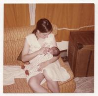 PHOTO ANCIENNE COULEUR Femme Allaitement Sein Bébé Lait Maternel Nouveau Né Prendre Le Sein Vers 1970 - Persone Anonimi