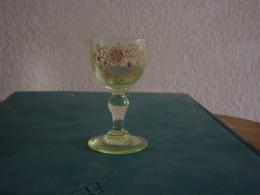 ANCIEN  VERRE  EMAILLE A LIQUEUR ET A  DECOR FLORAL ( 2 ) - Vasos