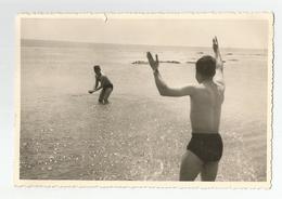 Photographie Plage Hommes Maillot De Bains 1964 Photo 8,5x12,5 Cm Env - Personnes Anonymes