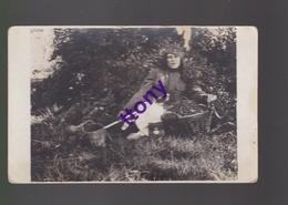 Cpa   Une Photo -carte Une  Femme Avec Uniforme Soldat Sabre  Pose Avec Un Panier De Cerises . Carte Non Circulée - Silhouettes