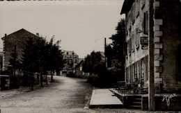 43-MONTFAUCON DU VELAY...AVENUE DE LA GARE AVEC HOTEL   ANIMEE....CPSM PETIT FORMAT - Montfaucon En Velay