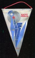 Fanion  Radio Praha,Prague Cssr 190 Mm X 120 Mm En Tissu - Radio & TSF