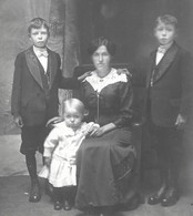 Portrait De Famille - Femme Maman Et Sa Progéniture - Petite Fille à La Drôle De GRIMACE - PHOTO Carte - Persone Anonimi