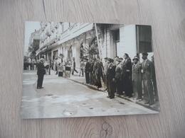 Photo Guerre 39/45 Régime De Vichy Pétain Et Milices Présentation Drapeau Lyon? 18.5 X 13 - Guerra, Militari