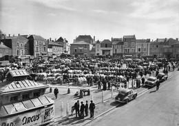 CPSM Grand Format 79 - Parthenay - Premier Marché De France - Le Champ De Foire - 2500 Têtes De Bétail - Automobile - Parthenay