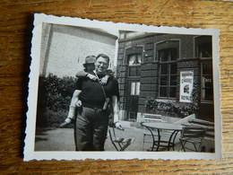 BIERE:ENDROIT EN BELGIQUE A DETERMINER -PHOTO 6X9 D'UN MONSIEUR DEVANT UN CAFE AVEC UNE PLAQUE DE BIERE CHASSE ROYALE - Belgique