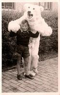 Carte Photo Originale Déguisement & Eisbär - Ours Polaire La Gueule Ouverte Avec Un Jeune Tyrolien Vers 1940/50 - Anonieme Personen