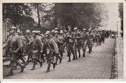2792128Marcherende Peleton Militairen Maart 1940 (kleine Beschadiging Zie Achterkant) - Guerre 1939-45