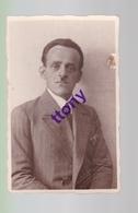 Cpa  :une Photo Carte : Photographie D'homme  Annotation 1931 Photographe  .. à SoulzHaut-Rhin Carte Abimée - Silhouettes