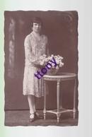 Cpa  : Une Photo Carte   Une Femme Pose Avec  Un Bouquet De Fleur  : Carte Non Circulée En Bon état Studio Guebwiller - Silhouettes