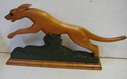 Lot. 1329. Sculpture En Bois D'un Chien Bondissant. Sur Socle, Vintage  Année 60 - Bois