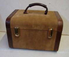 Lot. 1332. Vintage, Beauty Case En Cuir Et Daim Des Années 60 - Boxes