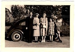 Photo Originale Famille Posant Devant Sa Volkswagen Coccinelle, Käfer, Beetle, Cox En 1954 - Coches