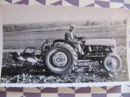 Photo  TRACTEUR MASSEY FERGUSON - CHARRUE - 1947 - Format : 11 X 6 Cm - Métiers