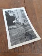 FRAU IN DEUTSCHLAND DAZUMAL - MUTTI BUECKT SICH - VATI FOTOGRAFIERT - NANANA, WENN DAS DIE OMI WUESST ! - Bellezza Femminile Di Una Volta < 1941-1960