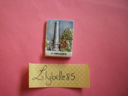 Feve PERSO Ancienne En Porcelaine - L' OBELISQUE ( Feves Figurine Miniature ) RARE - Regiones